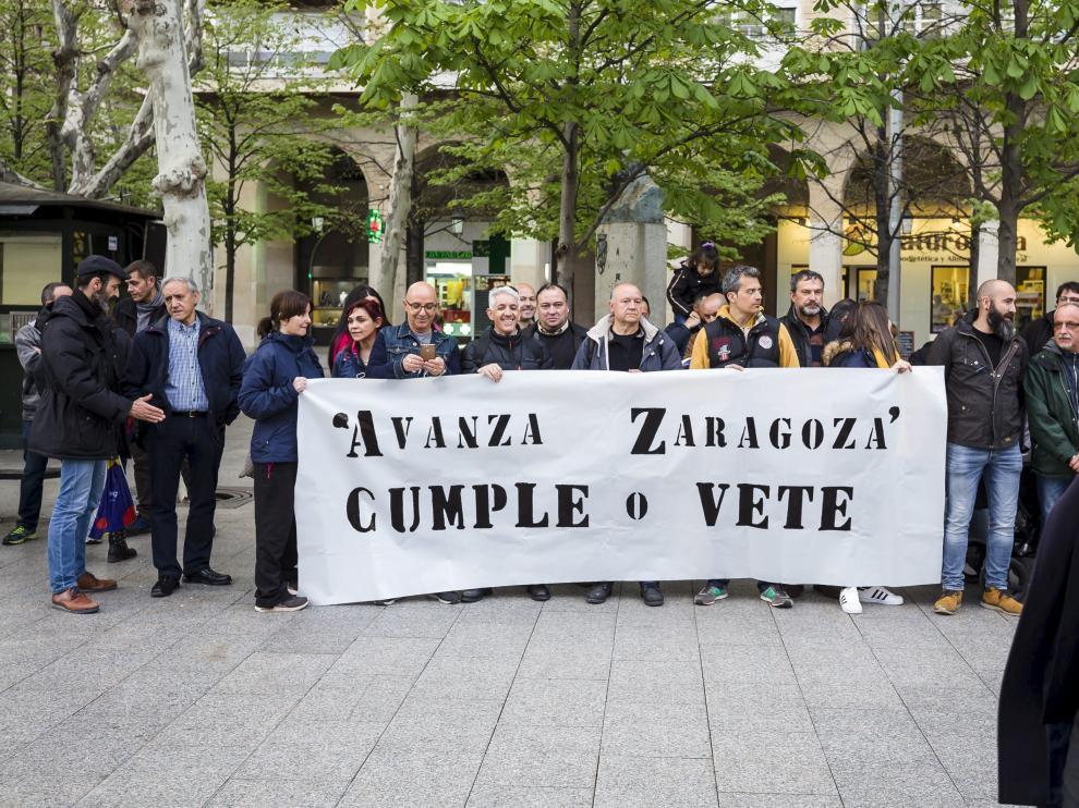 Concentración de trabajadores de Avanza Zaragoza, ayer en la plaza de Aragón.