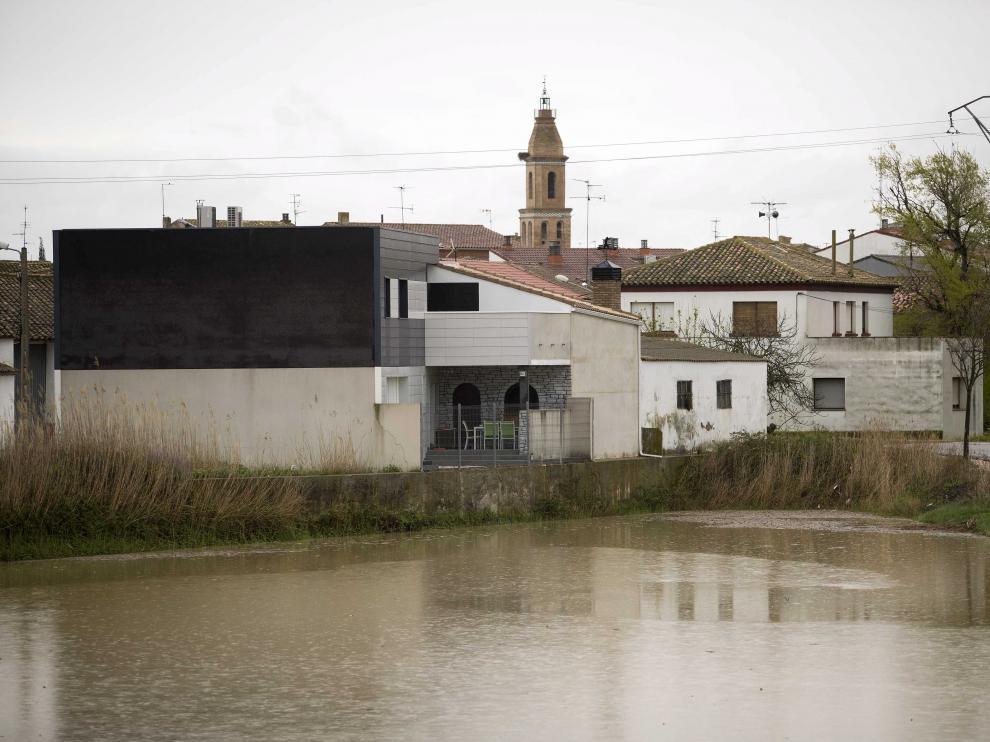 Pina de Ebro. La punta de la avenida ordinaria del Ebro atravesó ayer municipios como Pina, donde podrían haberse anegado alrededor de 50 hectáreas. Aunque las defensas han resistido, los alcaldes de la ribera baja ven con preocupación lo que pueda suceder durante este próximo fin de semana.