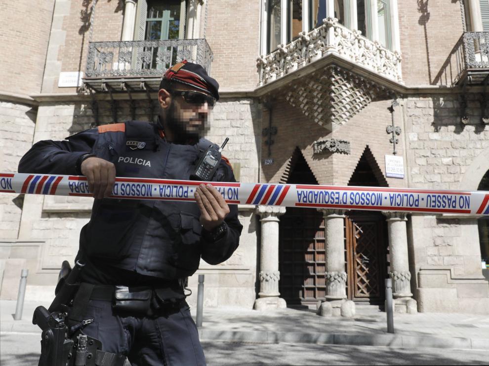 Despliegue policial en torno al edificio barcelonés.