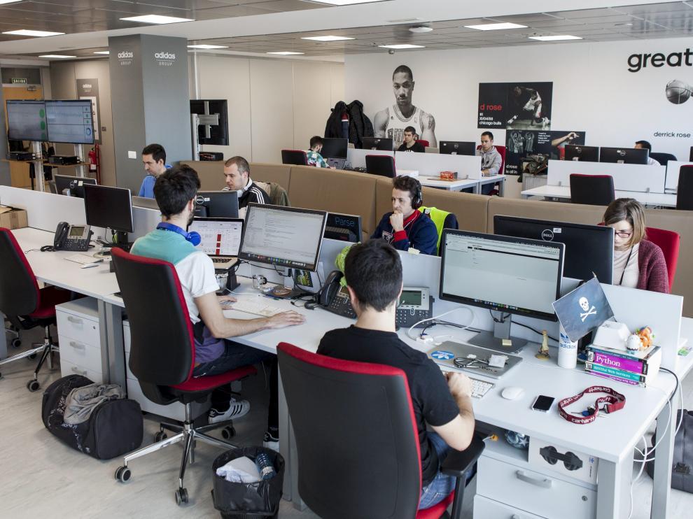 Profesionales trabajando en la oficina de IT de Adidas en el edificio World Trade Center de Zaragoza