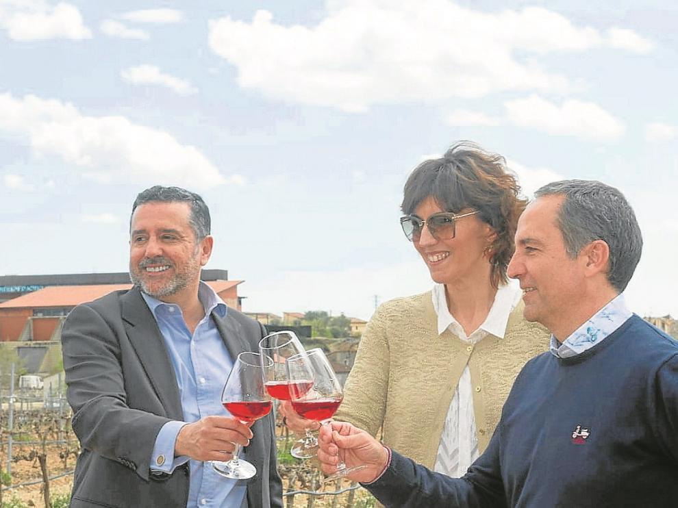 Álvaro Alés Ojeda, Silvia Arruego y Jesús Astrain, en una viña de Bodegas Pirineos.