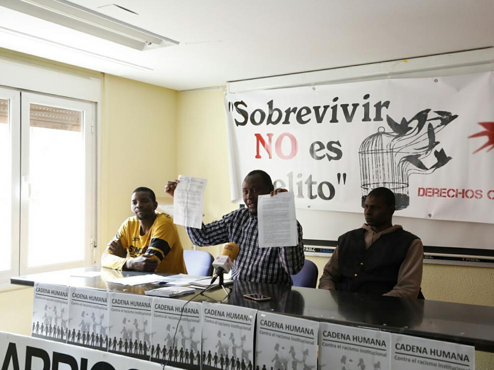 El portavoz de AISA, Idrissa Gueye, muestra el dosier que han hecho llegar al Consistorio.