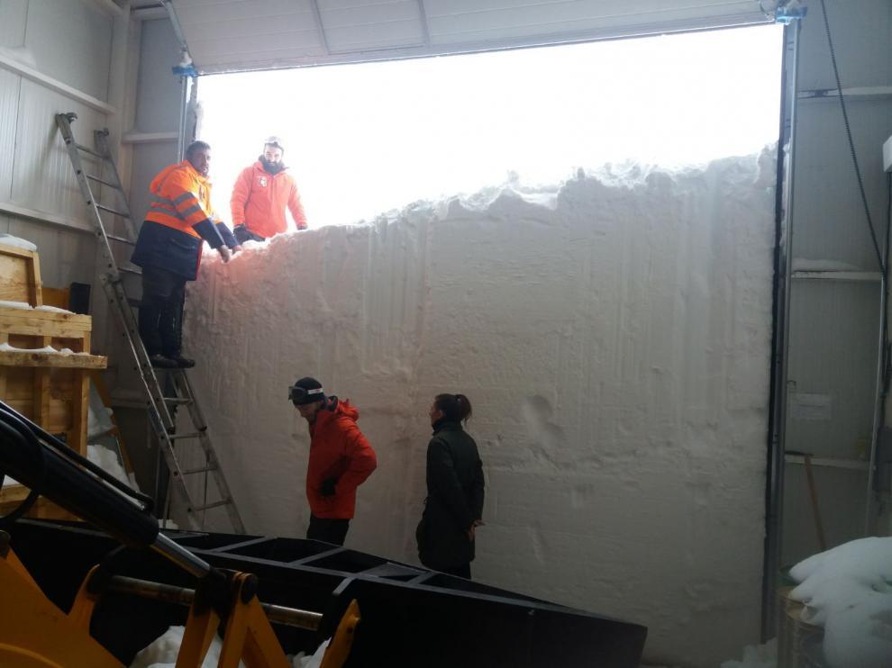 La puerta de la zona de carga del observatorio de Javalambre, bloqueada este jueves por la nieve.