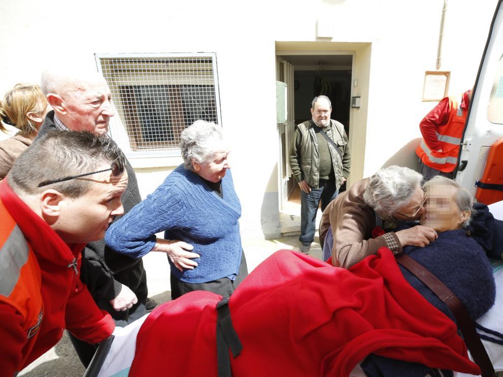 Los vecinos de Lourdes Matute, de 90 años, la despedían este viernes a la puerta de su casa antes ser evacuada a la residencia de Sádaba.