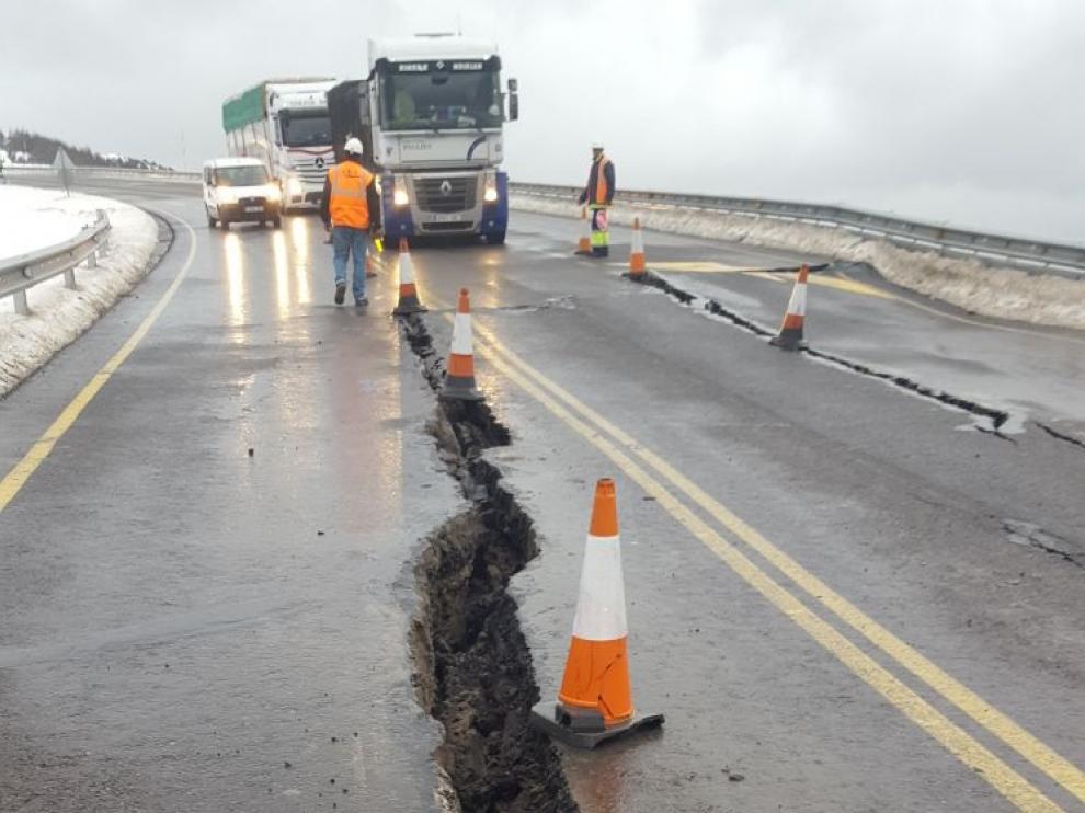 Profunda grieta abierta en la carretera de Arguis provocada por un derrumbe en Monrepós este viernes.