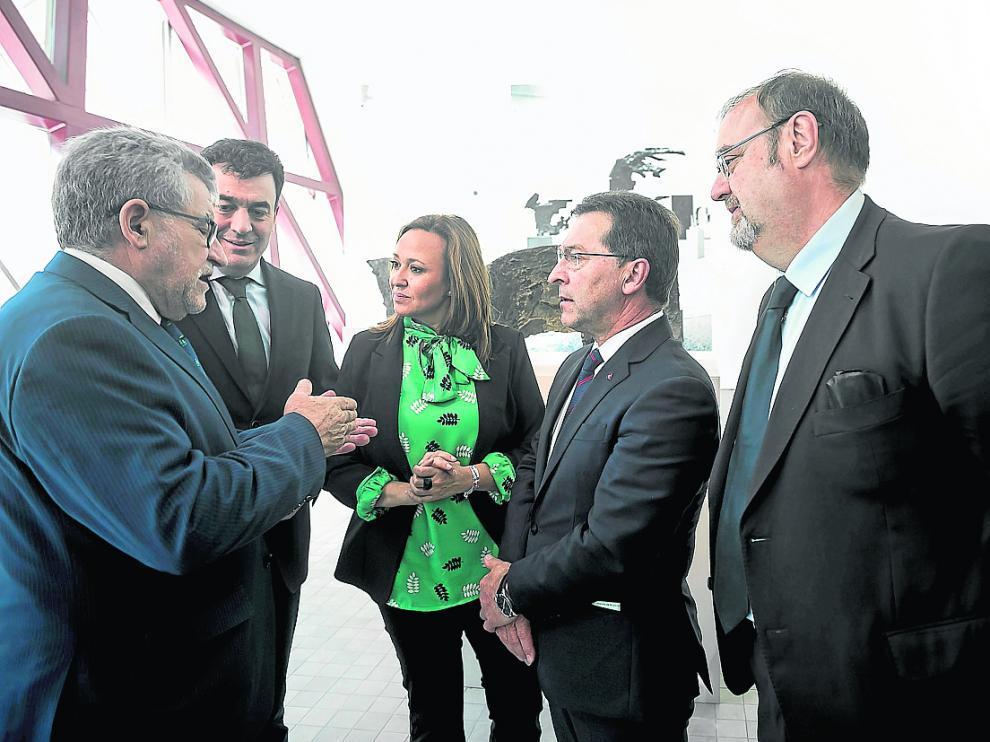 La consejera de Educación, Mayte Pérez, se ha reunido este viernes con sus homólogos de Asturias, Castilla La Mancha, Castilla y León y Galicia para exponer la situación de la escuela rural de las autonomías y llevar a cabo medidas conjuntas.