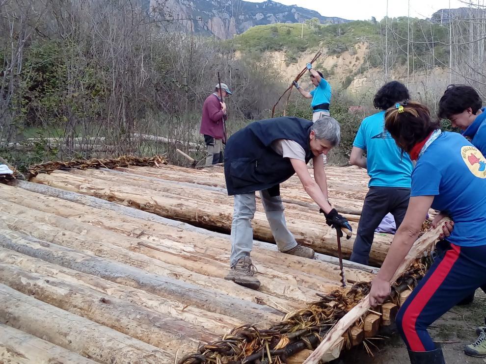 Un grupo de 25 personas ha participado en las labores de construcción