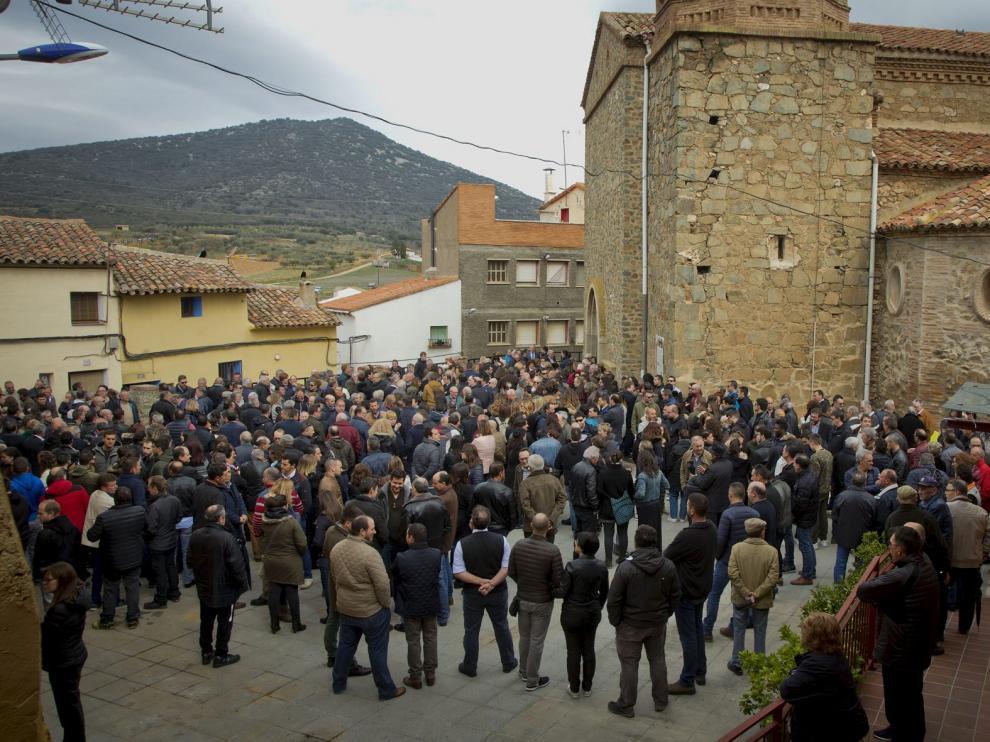La plaza de la iglesia se llenó de familiares, amigos y vecinos de Codos y otras localidades antes de que comenzara la misa.