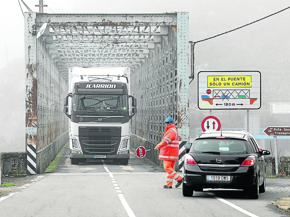 Operarios dan paso alternativo a los vehículos en el puente de La Peña, el punto más conflictivo.