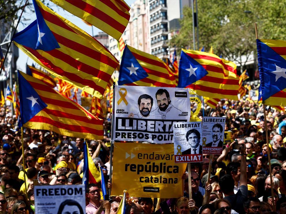 """Los partidos independentistas y los comunes se suman a la manifestación convocada por Espai Democràcia i Convivència, con el lema """"Por los derechos y las libertades, por la democracia y la cohesión, os queremos en casa"""", coincidiendo con los 6 meses del ingreso en prisión de Jordi Cuixart (Ómnium) y Jordi Sánchez (exANC)."""