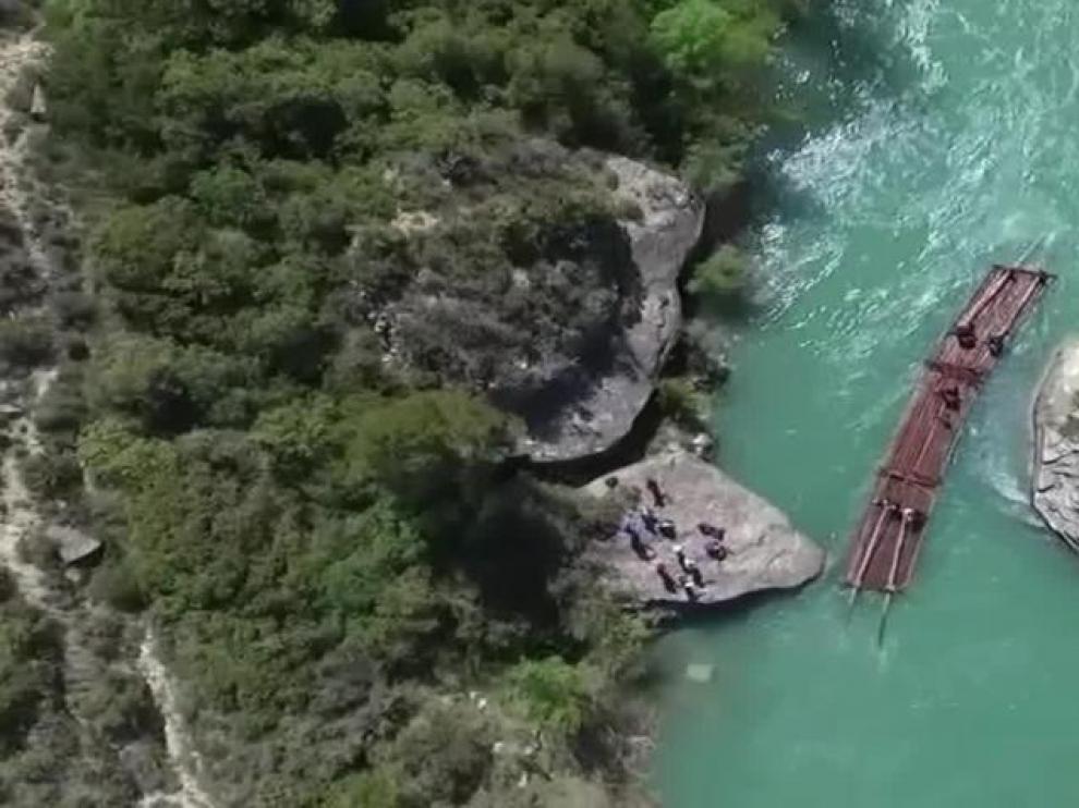 Descenso de navatas por el río Gallego a vista de dron