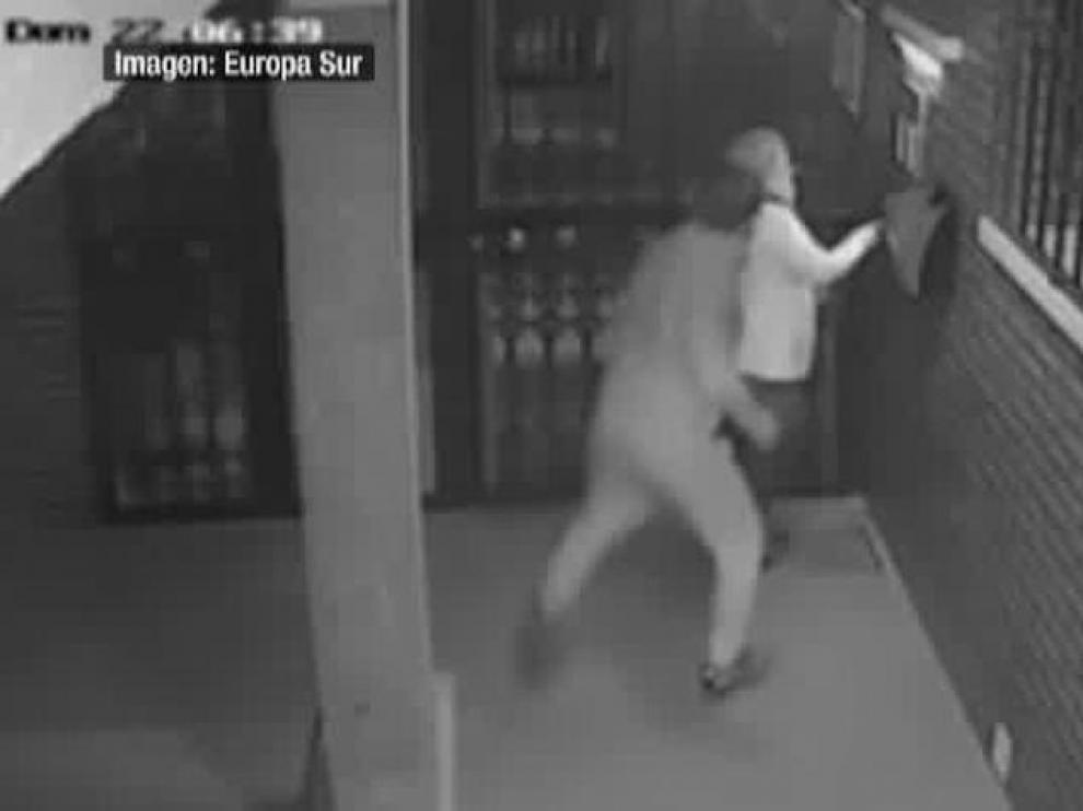 Brutal paliza a una sexagenaria en un portal