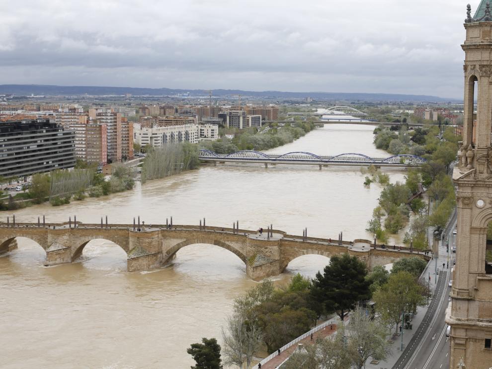 Crecida del Ebro a su paso por Zaragoza este lunes
