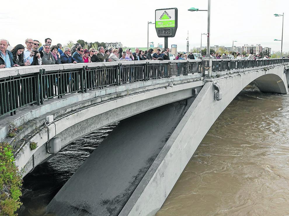 Los zaragozanos se acercaron al puente de Santiago y a las riberas para seguir la evolución de la crecida.