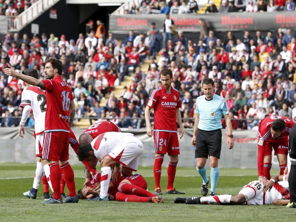 Grippo, a la izquierda, caído en el suelo inconsciente tras chocar cabeza con cabeza con Ba, jugador del Rayo (a la dcha.), el domingo en Vallecas.