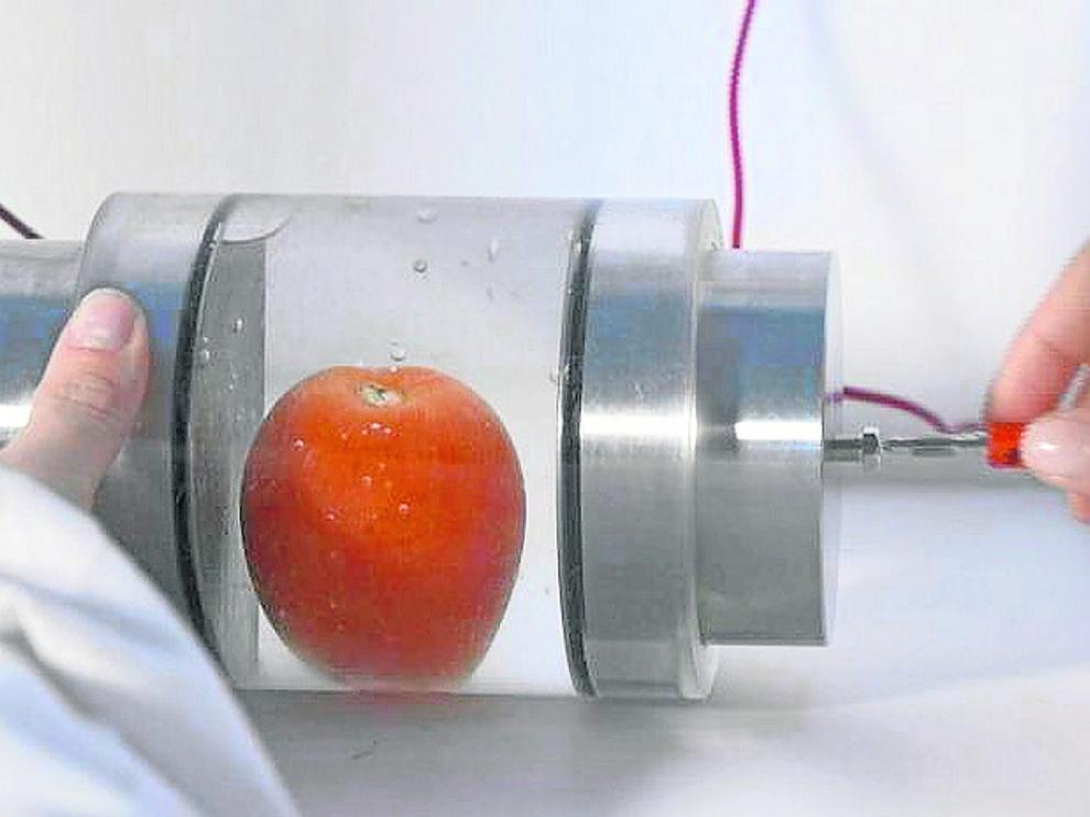 Aplicación de la tecnología de pulsos eléctricos de alto voltaje en alimentos.