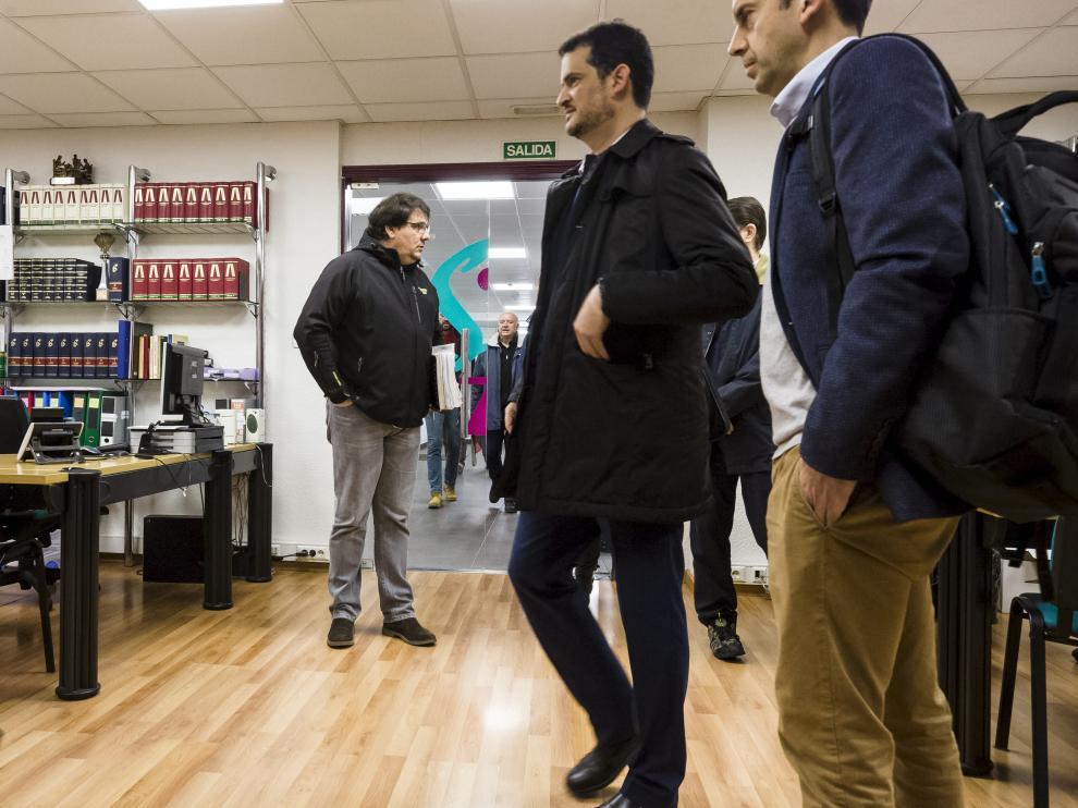 El director de Avanza, Juan Abel Arias (segundo por la derecha), en el SAMA junto a José Manuel Montañés, presidente del comité de empresa (izquierda).