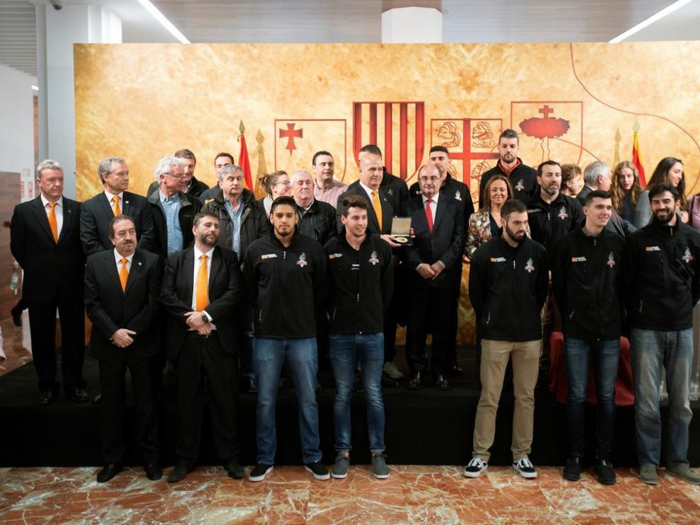 La plantilla y directiva del Club Voleibol Teruel recibiendo la medalla al mérito deportivo, entregada por el presidente de Aragón, Javier Lambán (c), durante el acto institucional de celebración adelantada del Día de Aragón en Teruel.