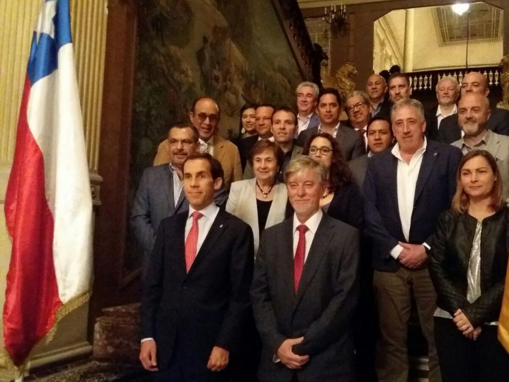 El alcalde, Pedro Santisteve, en primer término junto a otros participantes en el congreso del Cideu