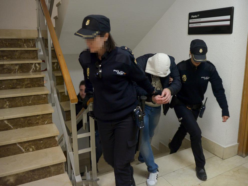 Carlos Martín, que está en prisión por hechos anteriores, llegando ayer al Juzgado de lo Penal.