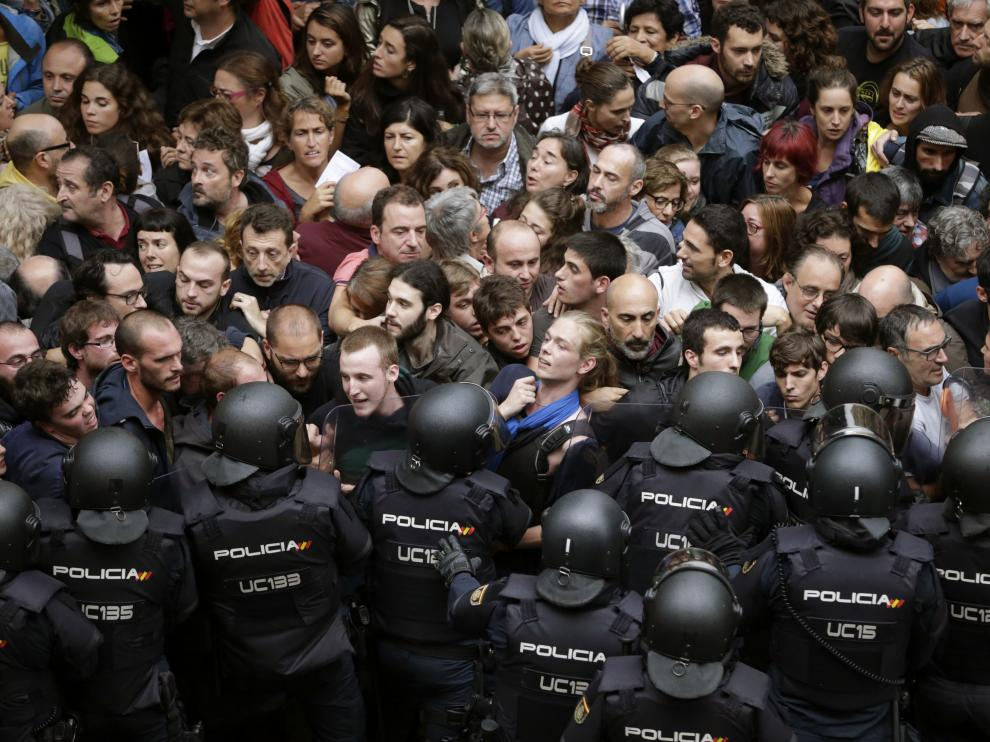 Agentes de la Policía Nacional en los alrededores del colegio Ramón Llull de Barcelona durante el 1-O.