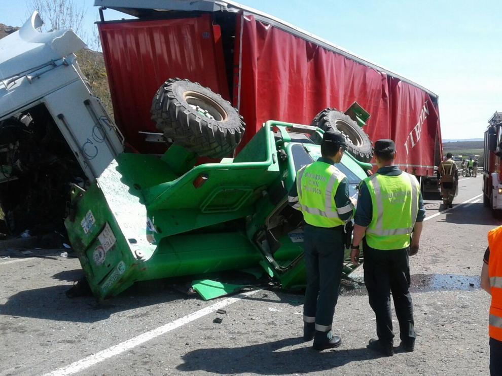 Uno de los dos camiones accidentados transportaba maquinaria agrícola
