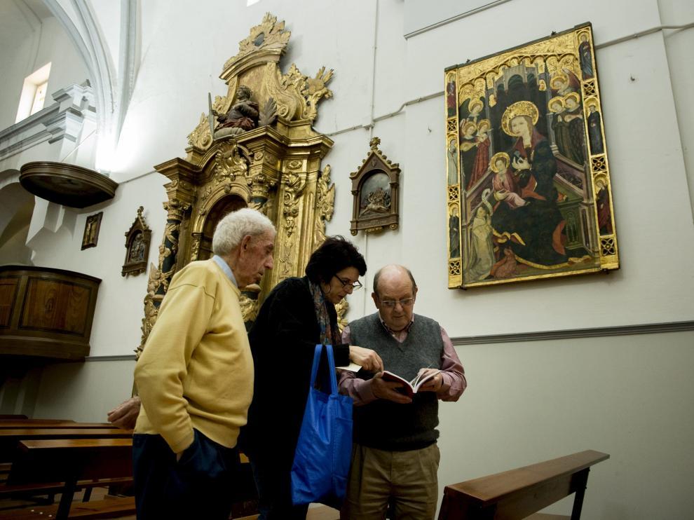 Agustín Láinez, Lourdes Gallego y Francisco Sánchez, bajo la tabla situada en la iglesia.
