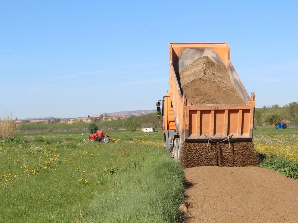 Para distribuir las 4.700 toneladas de zahorra se necesitan 340 camiones.
