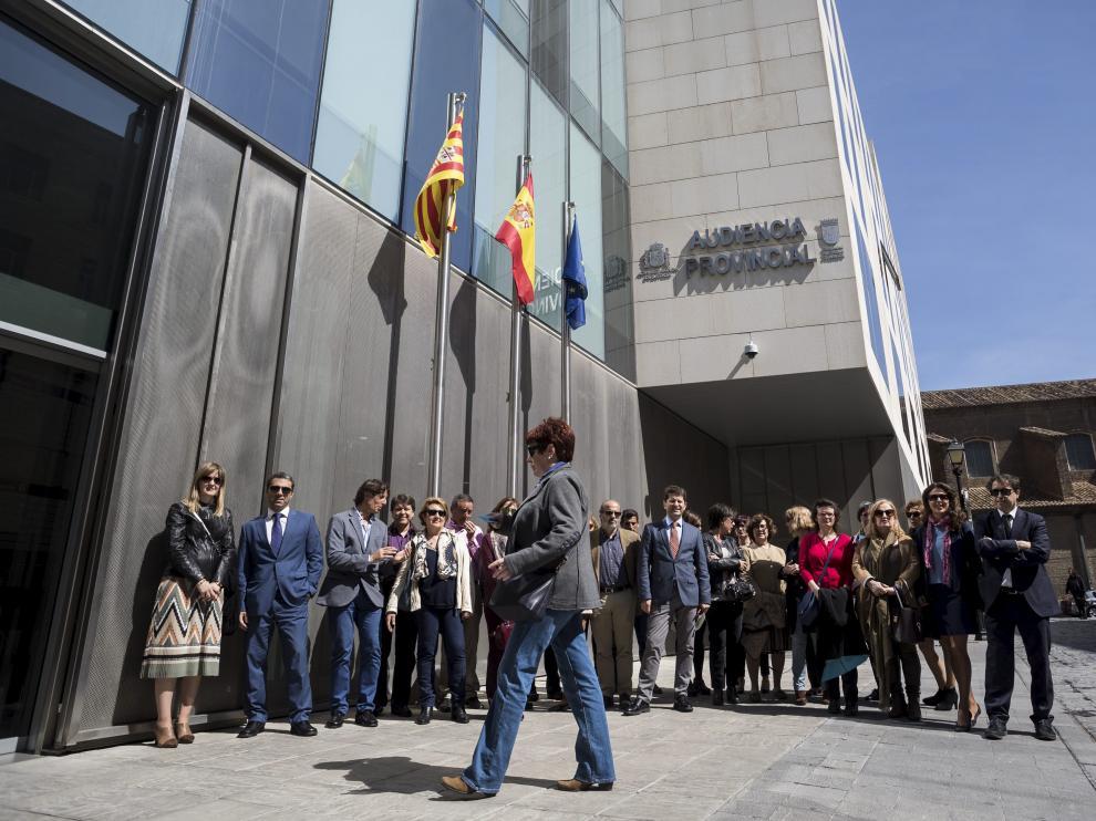 Un momento de la concentración celebrada este miércoles ante la Audiencia Provincial de Zaragoza.