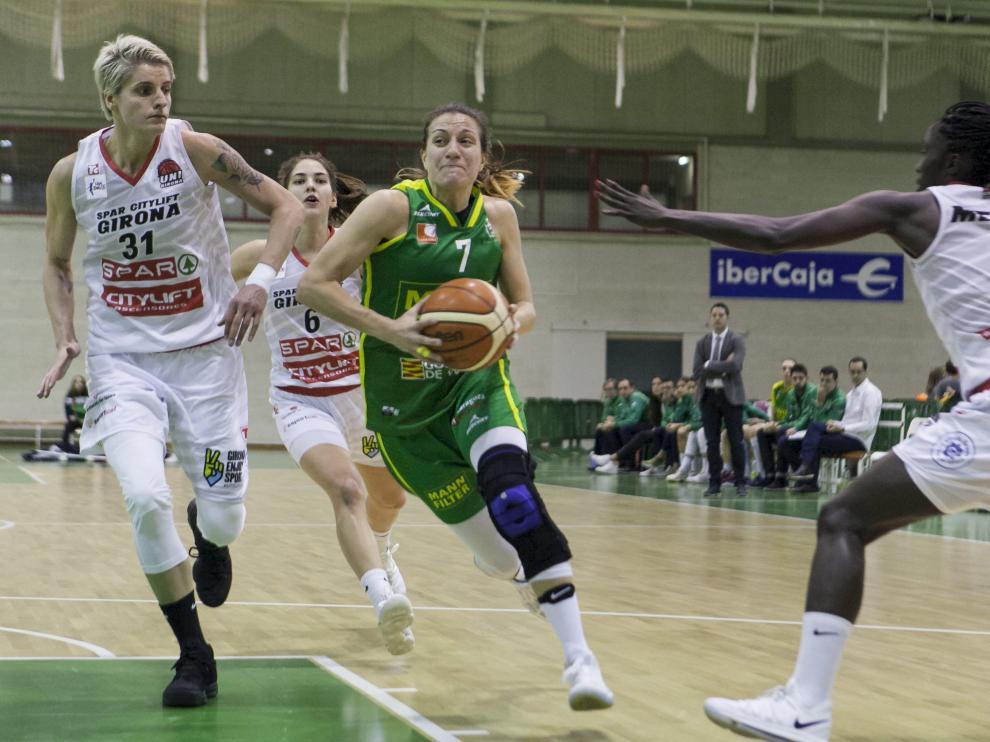 Paola Ferrari penetra a canasta ante las jugadoras del Girona Colhado, Busch y Mendi.