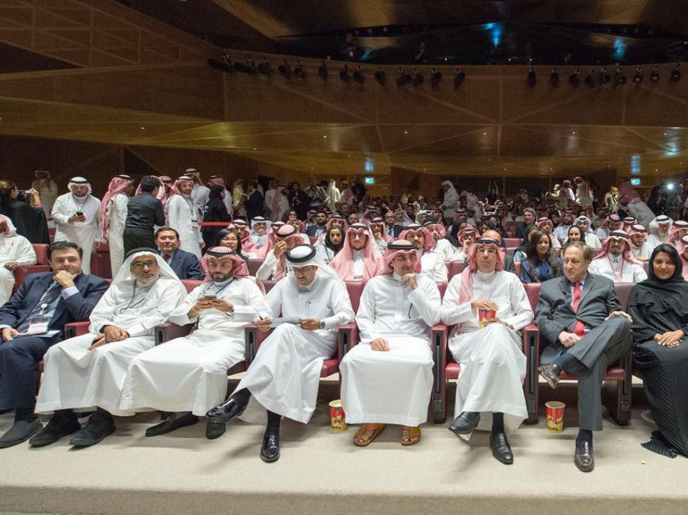 Publico asistente a la inauguración del primer cine de Arabia Saudí 35 años después de su prohibición.