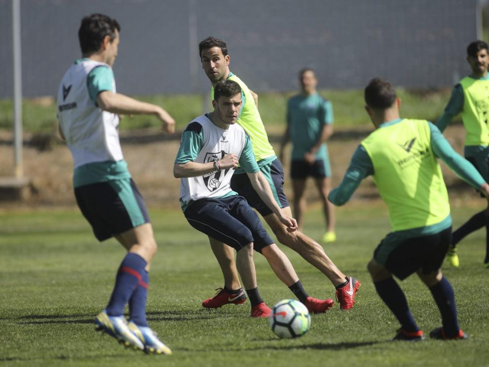 Álex Gallar –en el centro de la imagen–, este miércoles durante el entrenamiento del Huesca en el instituto Monteragón.