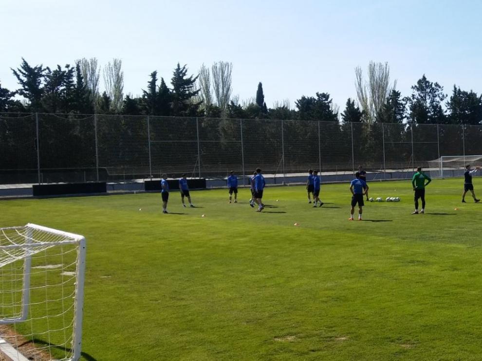 Varios jugadores del Real Zaragoza al inicio del entrenamiento de este miércoles en la Ciudad Deportiva.