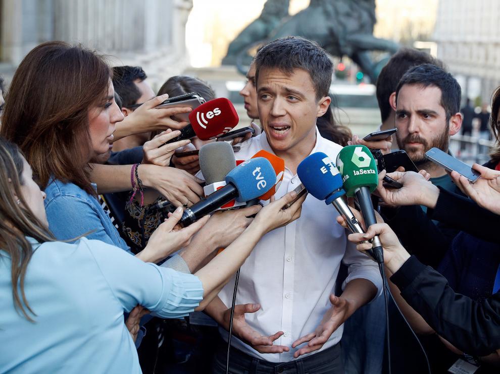 Íñigo Errejón atendiendo a los medios