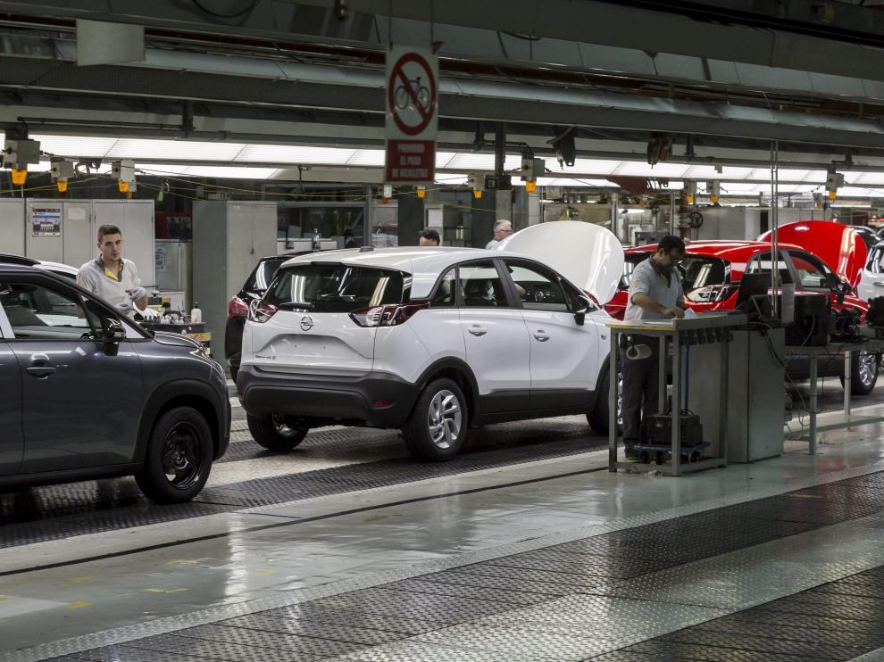 Cadena de montaje de Opel España. Android trabaja dentro de la fábrica.