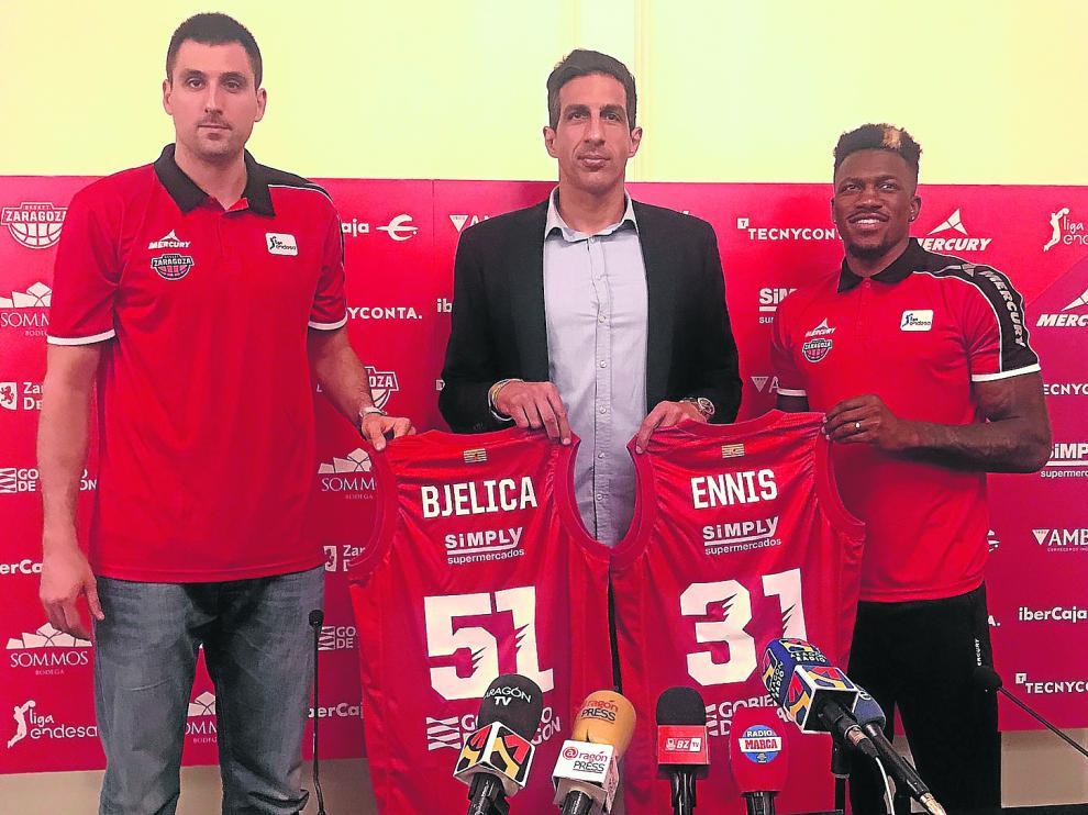 Bjelica –izquierda– y Ennis –derecha–, junto al director técnico del Tecnyconta, Salva Guardia, en el Hotel Silken Reino de Aragón.