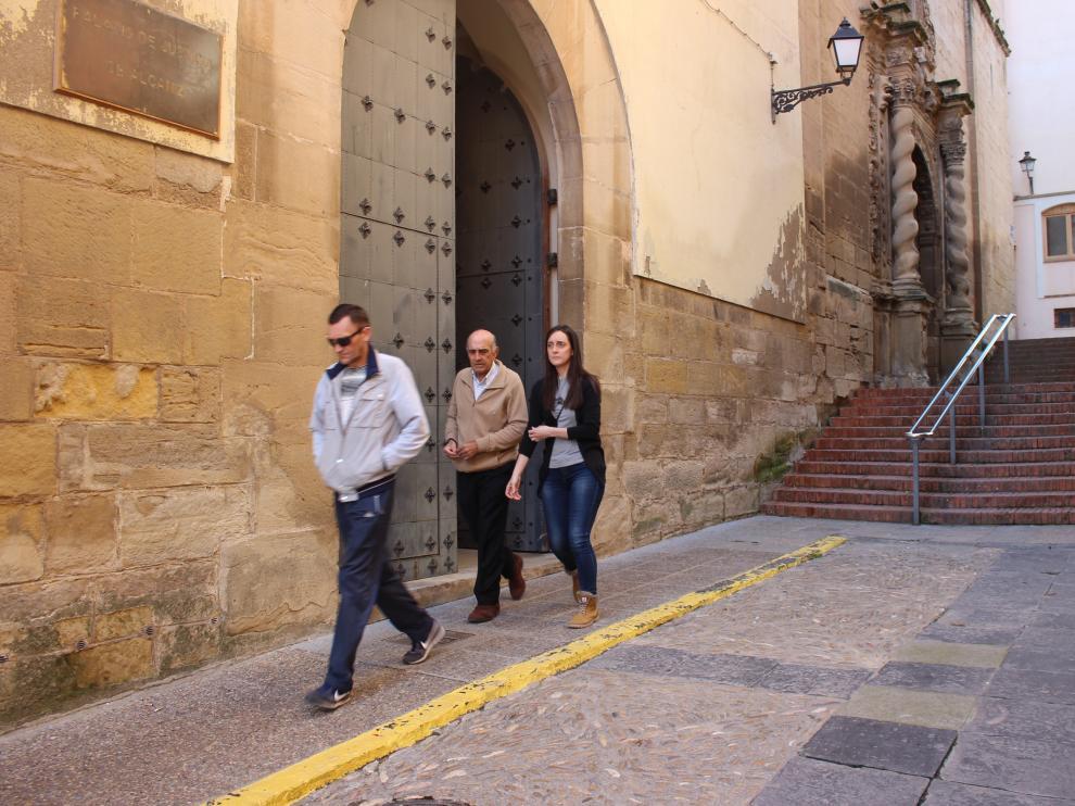 La viuda de Víctor Jesús Caballero saliendo este miércoles por la mañana del juzgado de Alcañiz.