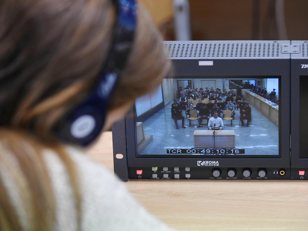 Una periodista sigue a través de un monitor el juicio a los ocho acusados por la agresión en Alsasua.