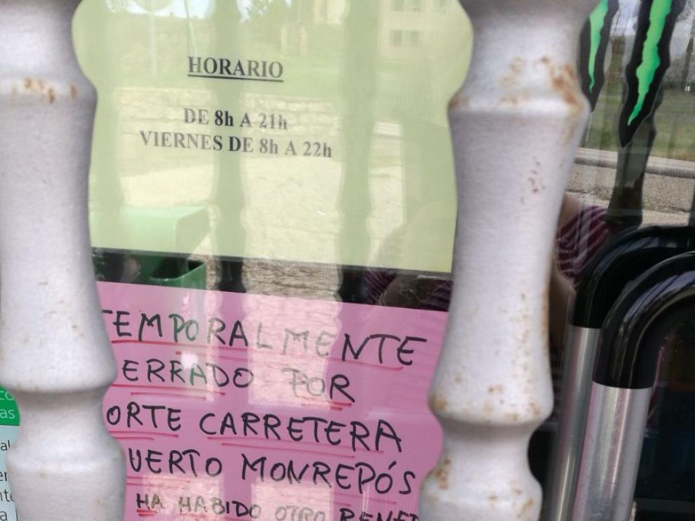 Un cartel avisa del cierre en la panadería La Nave.