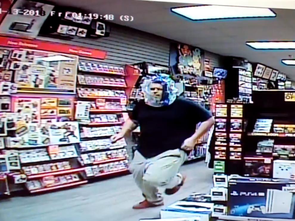 El ladrón se cubrió la cabeza con una bolsa de plástico que dejaba al descubierto su rostro.
