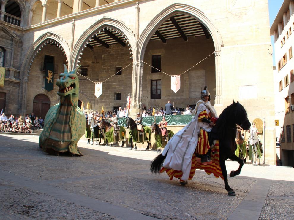 Vencimiento del dragón en la plaza de España de Alcañiz en el día de San Jorge.