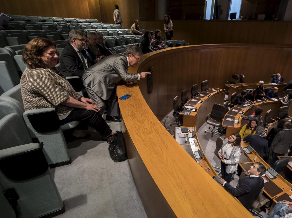Ángel Dolado se dirige a los diputados de Ciudadanos minutos antes de la votación.