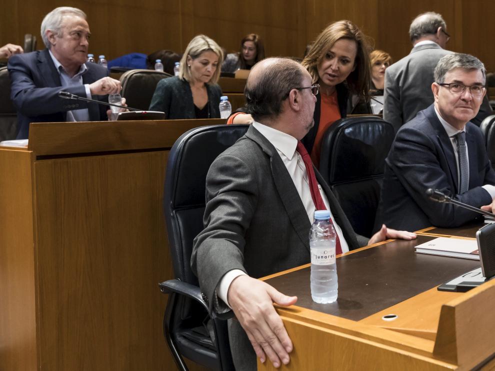 Mayte Pérez, de pie, habla durante la sesión de este jueves con Javier Lambán