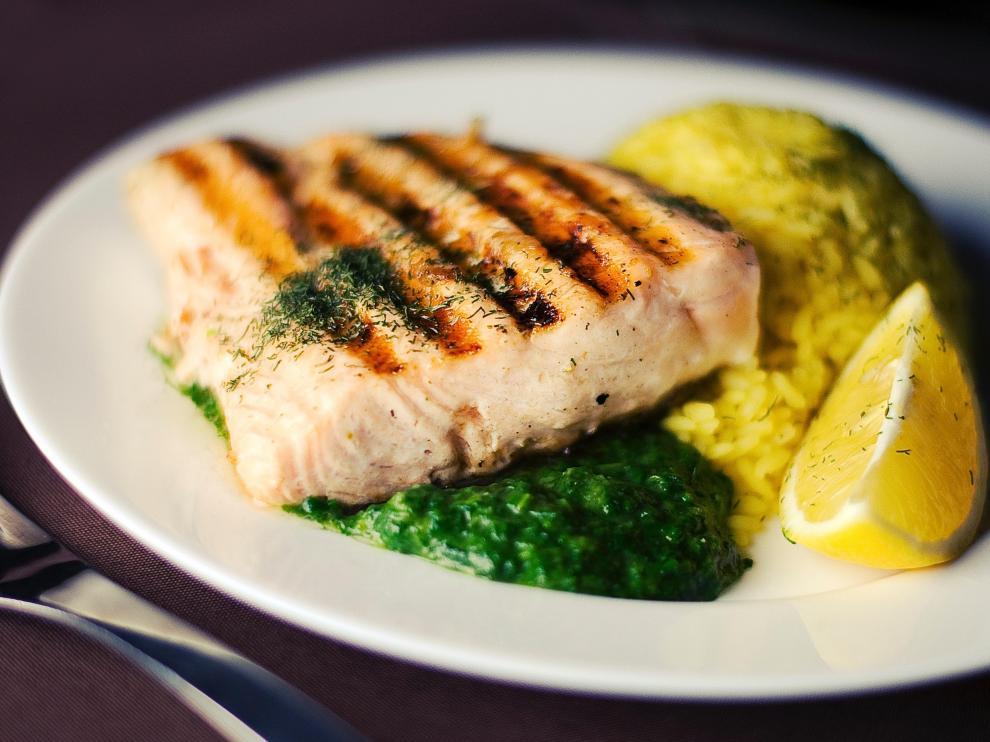 Un estudio confirma que comer pescado ayuda a prevenir la enfermedad de Parkinson.