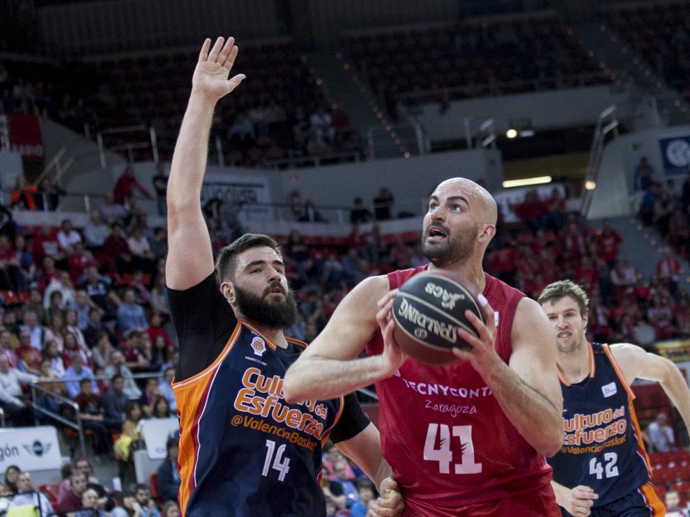 Xavi Rey intenta anotar en el partido contra el Valencia Basket.