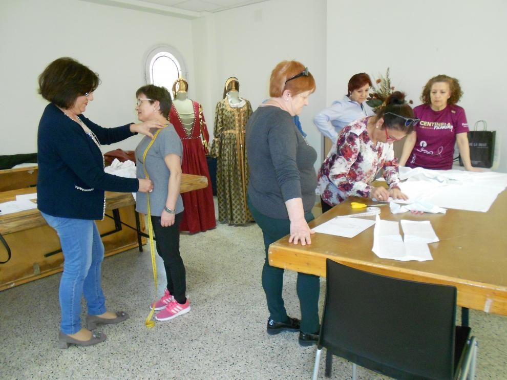 Los participantes en el taller han empezado a cortar los patrones de sus trajes