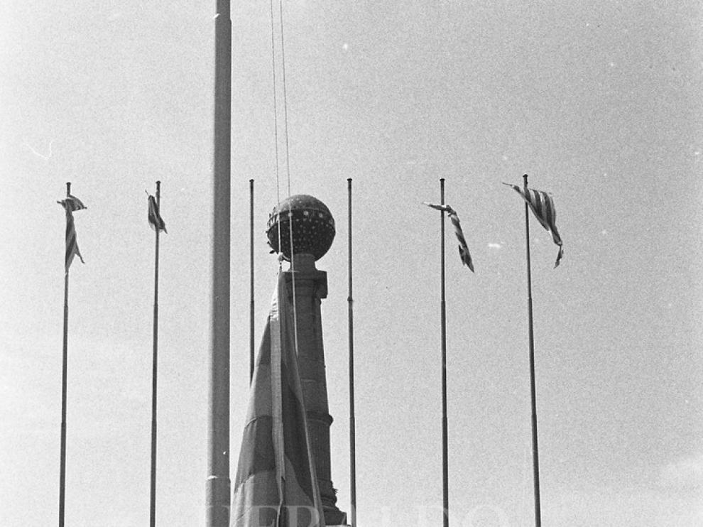 El presidente de la DGA, Juan Antonio Bolea Foradada, izó la bandera de Aragón en un mástil colocado en la plaza de Basilio Paraíso de Zaragoza.