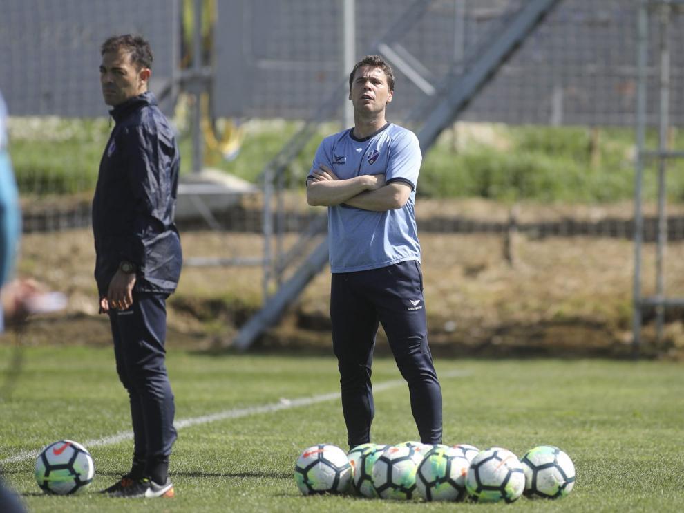 Rubi dirige a sus jugadores en el entrenamiento de este miércoles en el IFPE Montearagón.