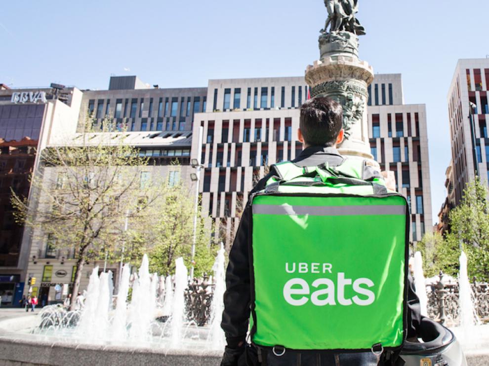 Un repartidor de Uber Eats en la plaza de España en Zaragoza