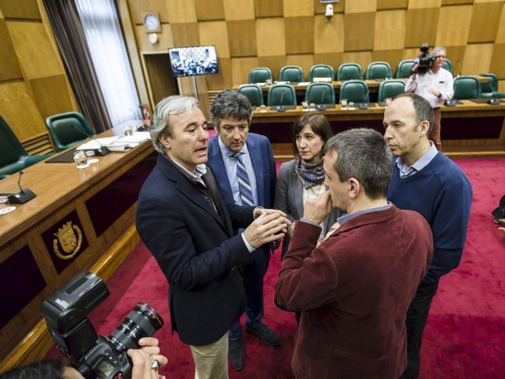 Jorge Azcón, Javier Trívez, Sara Fernández y Carmelo Asensio conversan con Rivarés.